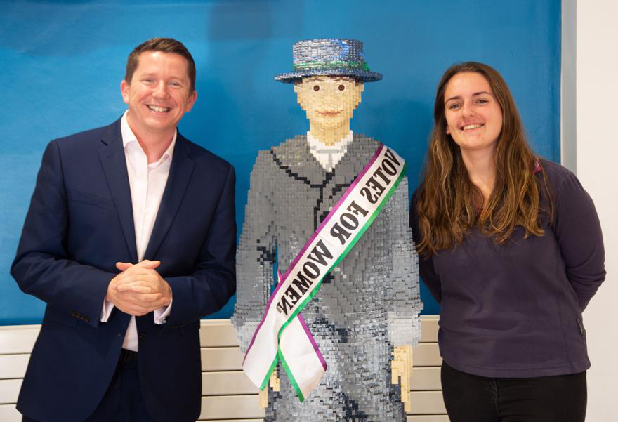 Ross Renton 和 Meghan from the student's Union with the lego suffragette