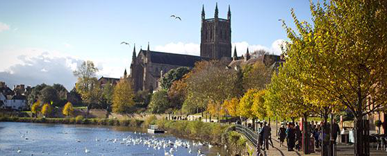 Worcester Cathedral 和 the River Severn on a sunny day