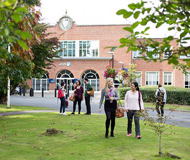 学生们 outside the University of Worcester St John's campus